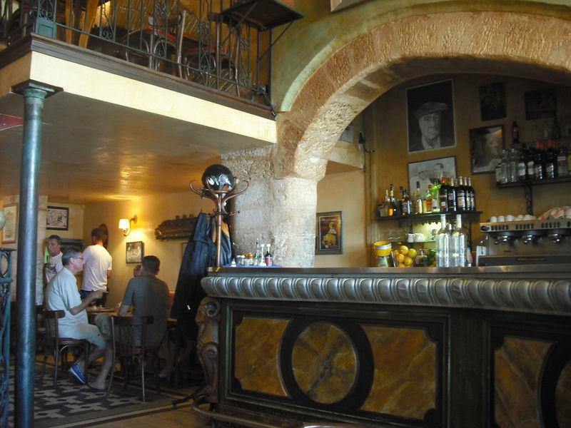 Le bar de la Marine et son intérieur authentique